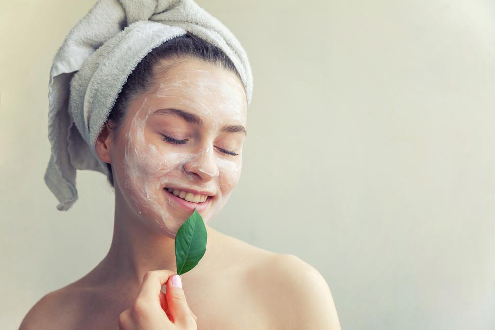 Nettoyer le visage avec des produits naturels